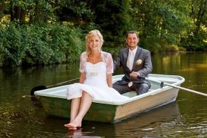 Brautpaar fährt mit Boot
