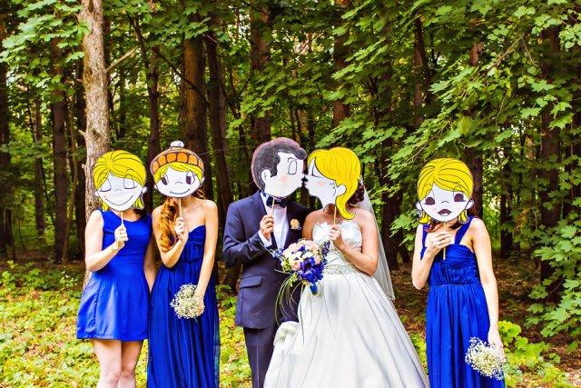 Der Bräutigam mit seinen Freunden fotografieren