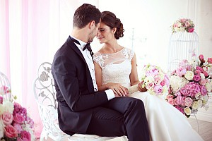 Brautpaar im Raum umgeben von Blumen