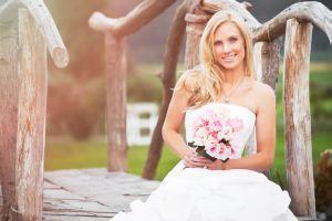 Junge Braut auf Holzbrücke